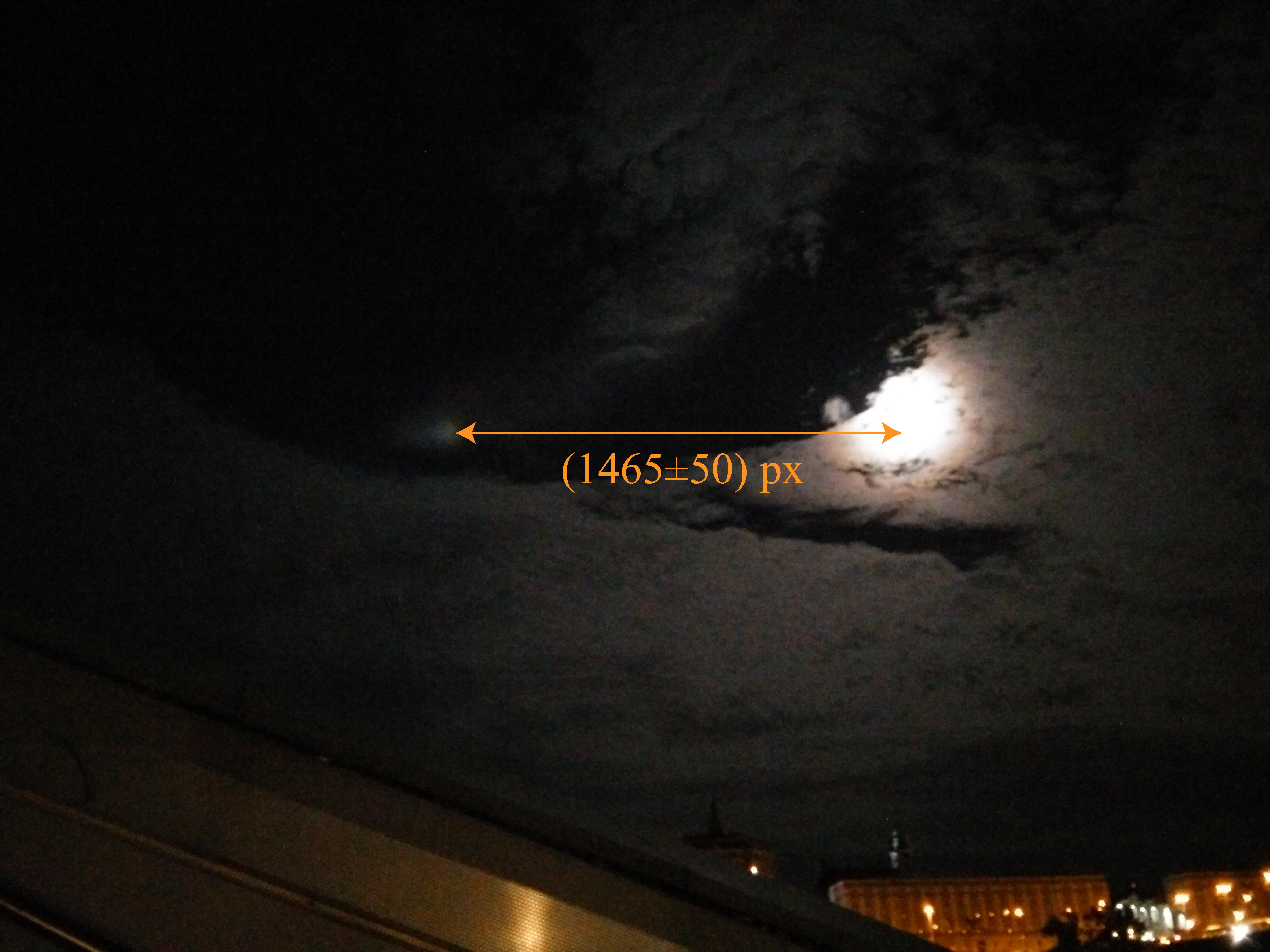 Der Abstand zwischen Lichtphänomen und Mond in Pixeln