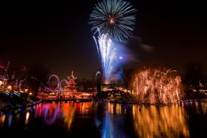 "Copenhagen NYE ""CopenhagenNYE"" by Stig Nygaard from Copenhagen, Denmark - Tivoli Garden fireworks. Licensed under CC BY 2.0 via Commons - Quelle"