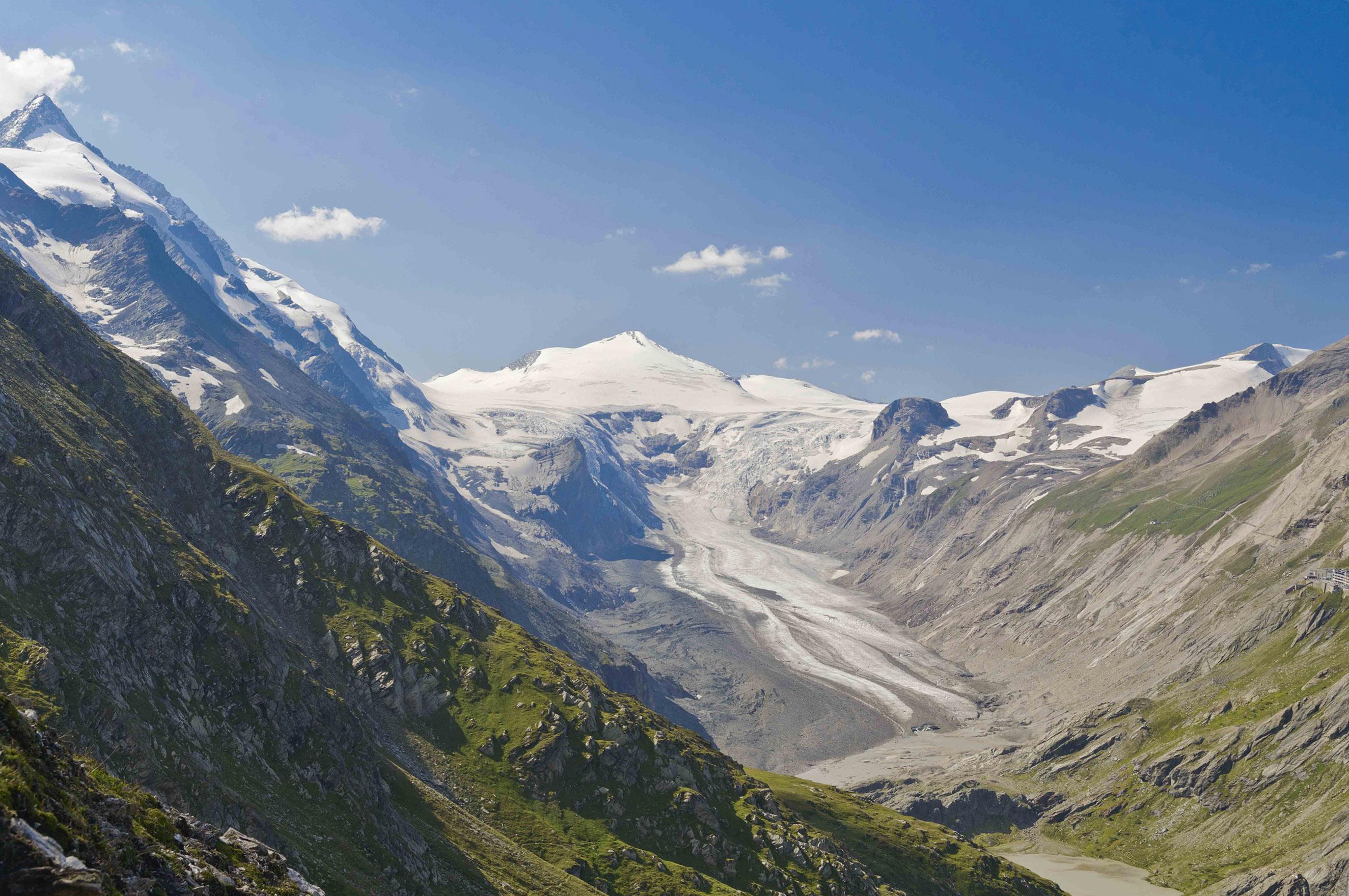 Pasterze 2012: eine in die umgebende Bergwelt tief eingesunkene Gletscherzunge Foto: Alpenverein/N. Freudenthaler, Gletscherbericht 2016